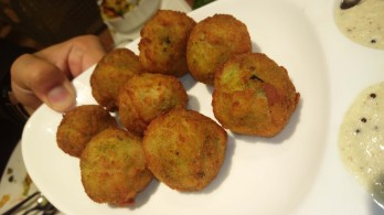 baked vada stuffed with batata